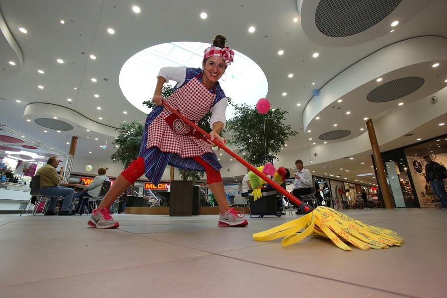 Witzige Putzfrau: Lustige und komische Comedy-Walkacts (Künstler zu buchen und als Idee für Ihre Veranstaltung in Köln, Bonn, Düsseldorf, Düren, Aachen, Levenrkusen, Essen Ruhrgebiet oder auch in ganz Deutschland!